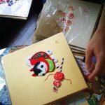 Bilder mit Malereien oder Figuren aus Kimonostoff